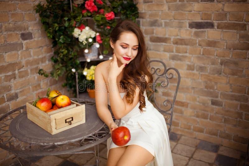 Menina bonita no vestido de casamento fotografia de stock