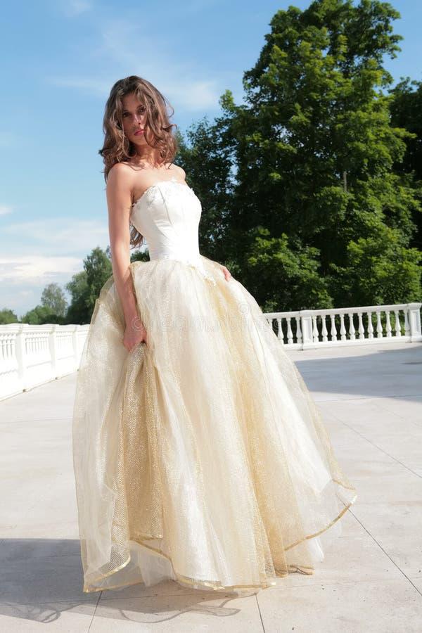 Menina bonita no vestido dourado fotos de stock