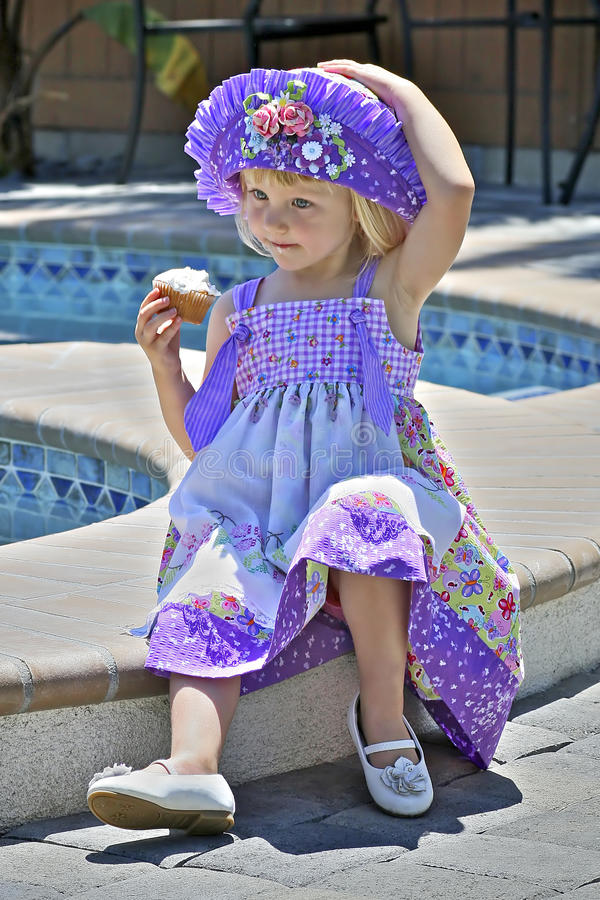Menina bonita no vestido e no chapéu coloridos foto de stock royalty free