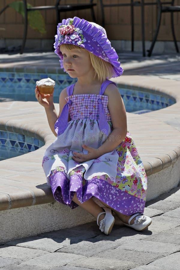 Menina bonita no vestido e no chapéu coloridos fotos de stock royalty free