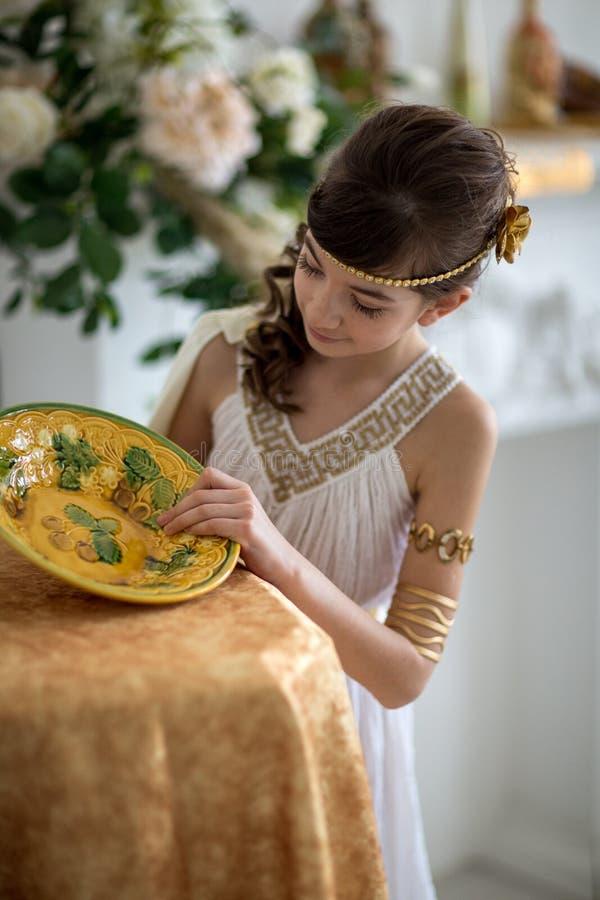Menina bonita no vestido grego fotos de stock royalty free