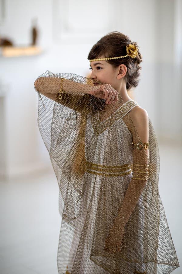 Menina bonita no vestido grego fotografia de stock