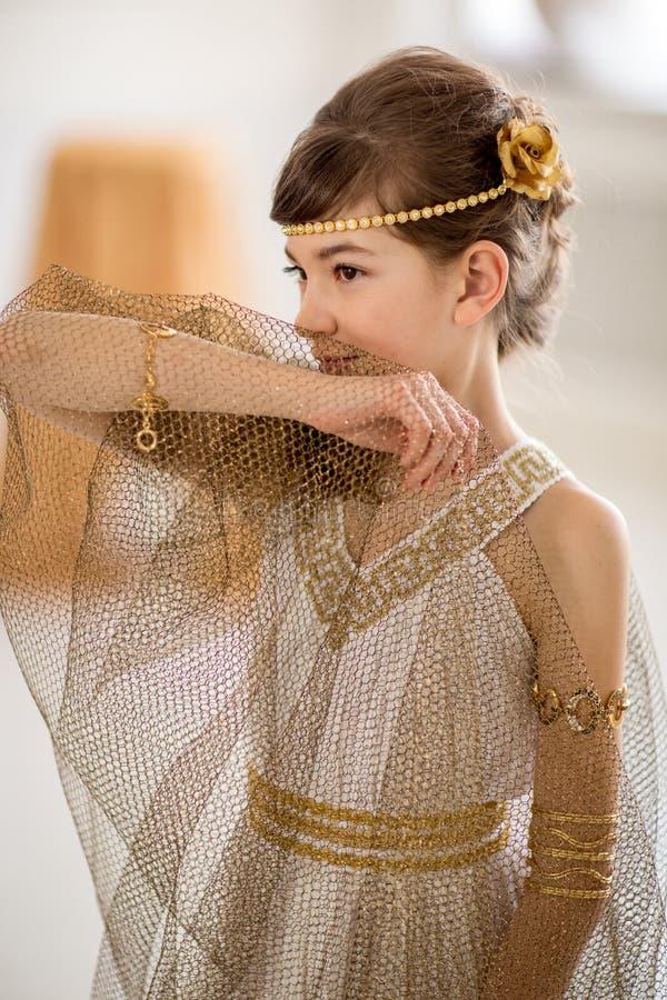 Menina bonita no vestido grego fotografia de stock royalty free