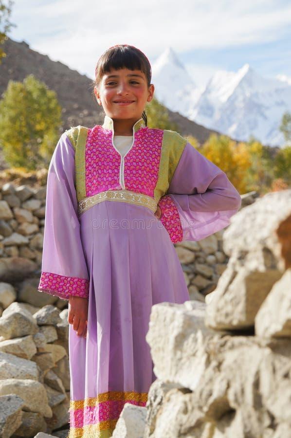 Menina bonita no vestido local na vila de Hussaini, Paquistão imagens de stock royalty free