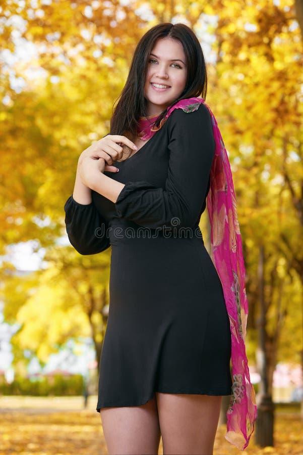 Menina bonita no vestido preto no parque amarelo da cidade, outono imagens de stock royalty free