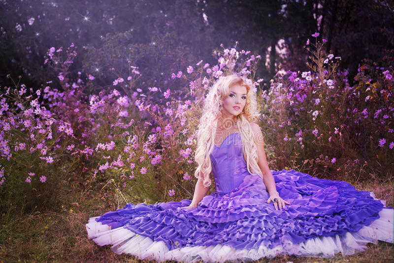 Menina bonita no vestido roxo com balões foto de stock royalty free