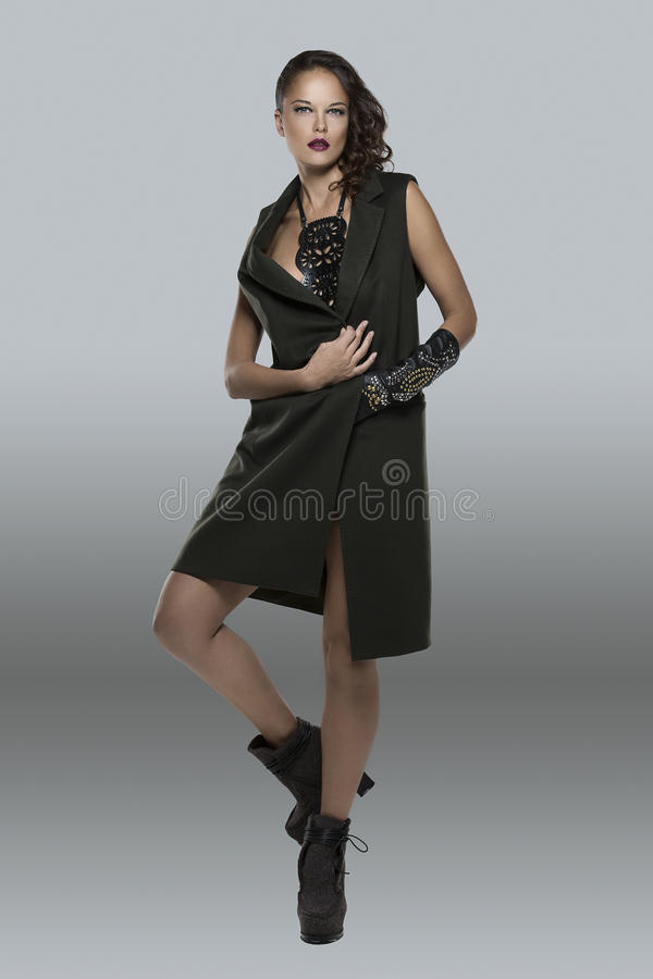 Menina bonita no waistcoat e no swordbelt imagens de stock royalty free