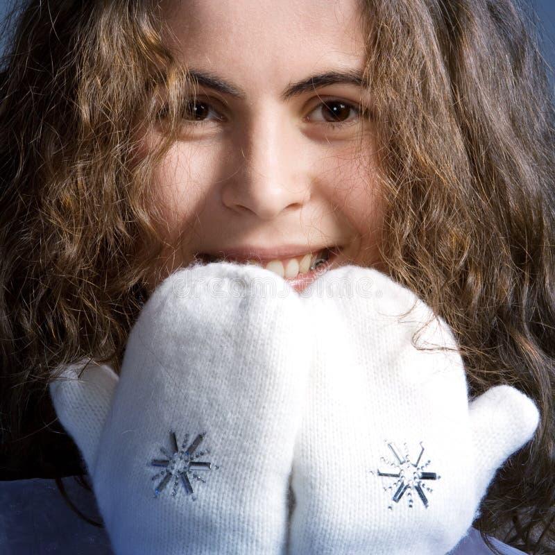 Menina bonita nos mittens brancos. fotos de stock