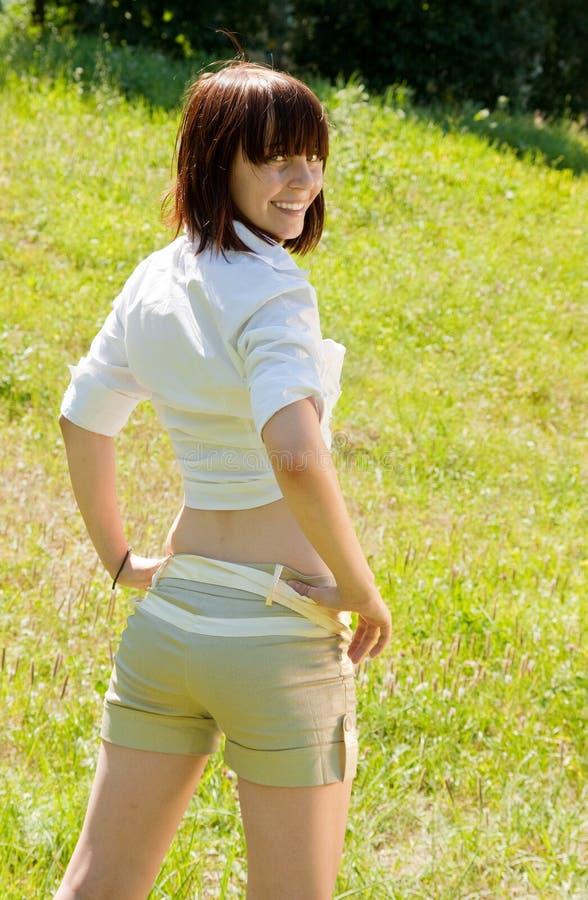 Menina bonita nos shorts fotografia de stock royalty free