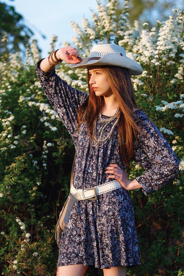 Menina bonita nova com cabelo longo fotografia de stock royalty free
