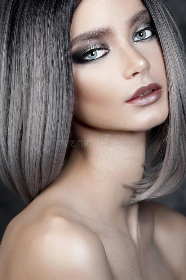 Menina bonita nova com composição de prata foto de stock royalty free