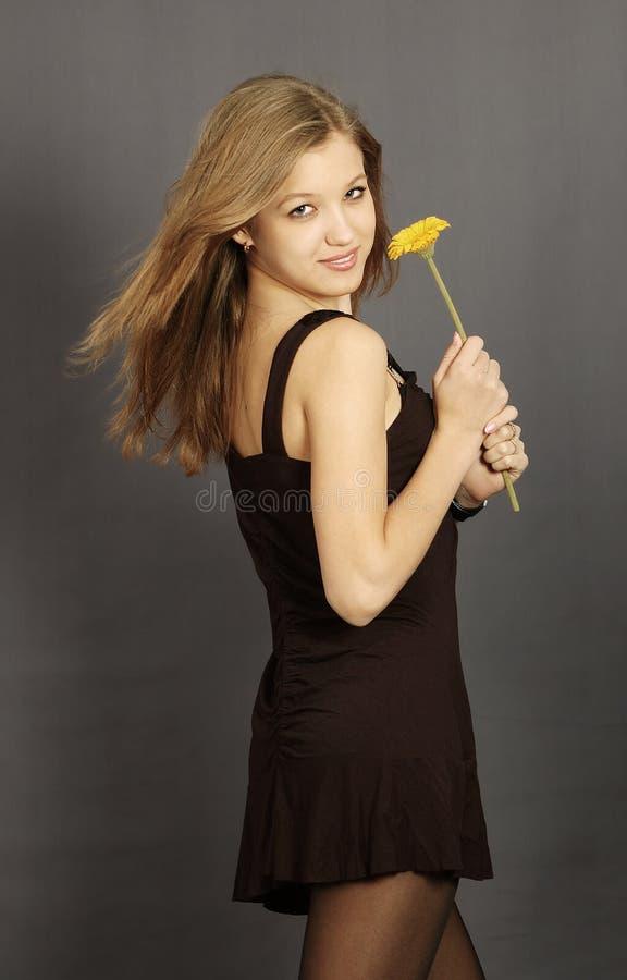 Menina bonita nova com flor foto de stock royalty free