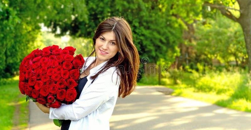 Menina bonita nova com flores foto de stock royalty free