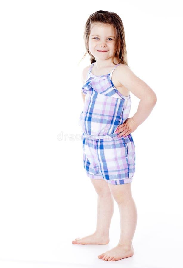 Menina bonita nova com mãos nos quadris foto de stock