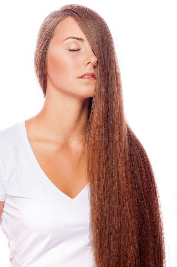 Menina bonita nova com o makeu longo do cabelo e do nude imagem de stock