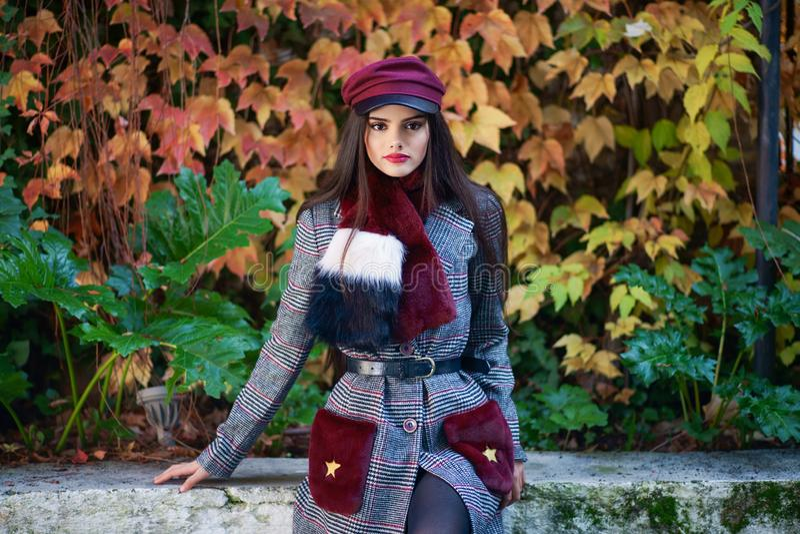Menina bonita nova com o revestimento vestindo do inverno do cabelo muito longo fotos de stock royalty free