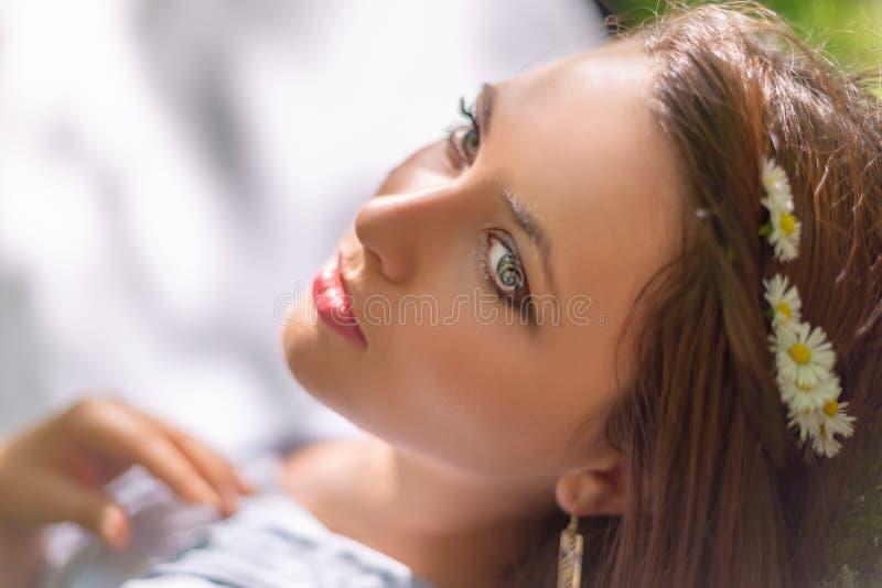 A menina bonita nova com pele perfeita e composição está levantando em um cenário do parque da mola Aprecia??o lindo do ar livre  fotos de stock