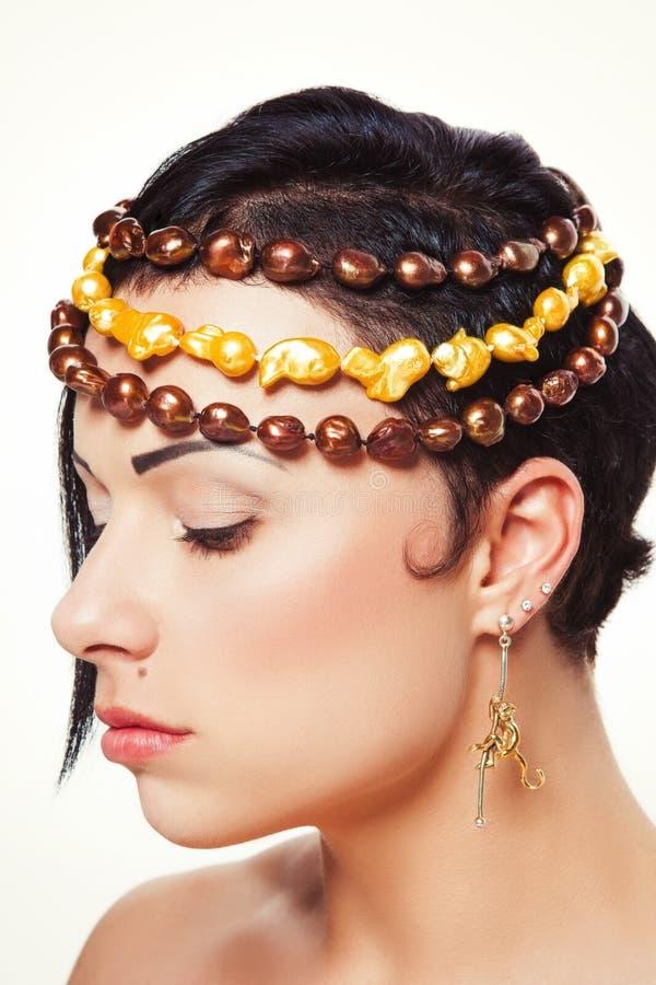Menina bonita nova com penteado assimétrico no projeto da joia fotografia de stock royalty free
