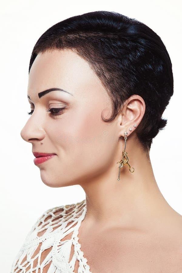 Menina bonita nova com penteado assimétrico no projeto da joia imagem de stock royalty free