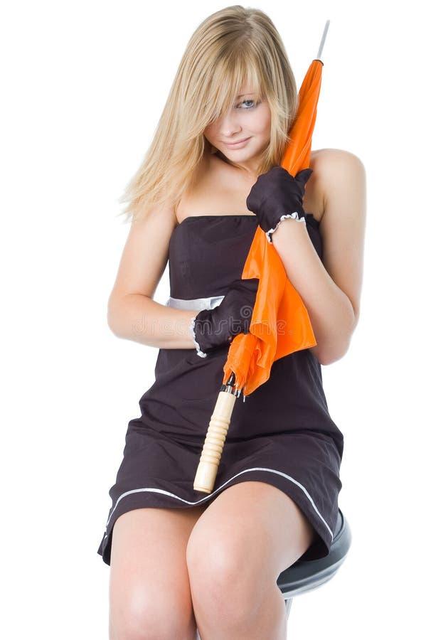 A menina bonita nova com um guarda-chuva alaranjado fotografia de stock royalty free