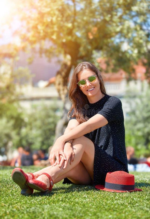 Menina bonita nova de sorriso nos óculos de sol fotografia de stock