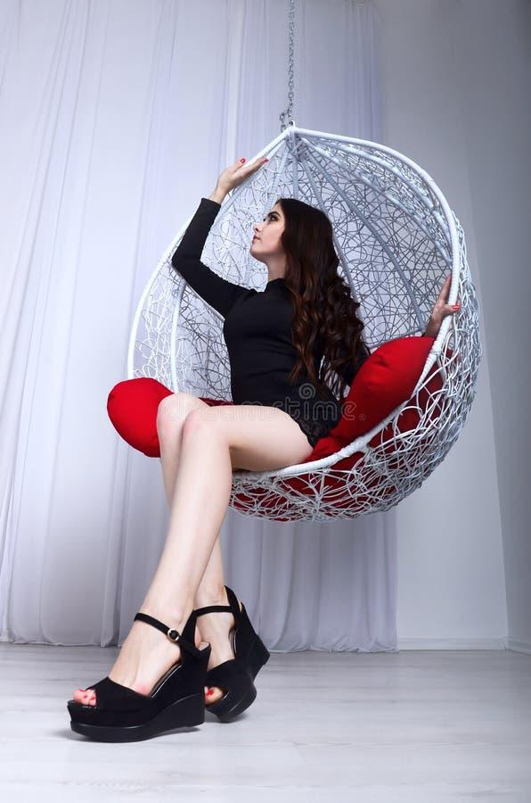 Menina bonita nova e balanço decorativo fotografia de stock