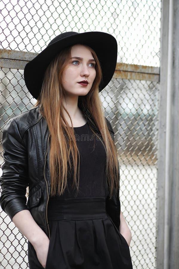Menina bonita nova em um chapéu e com uma composição escura fora g imagem de stock royalty free