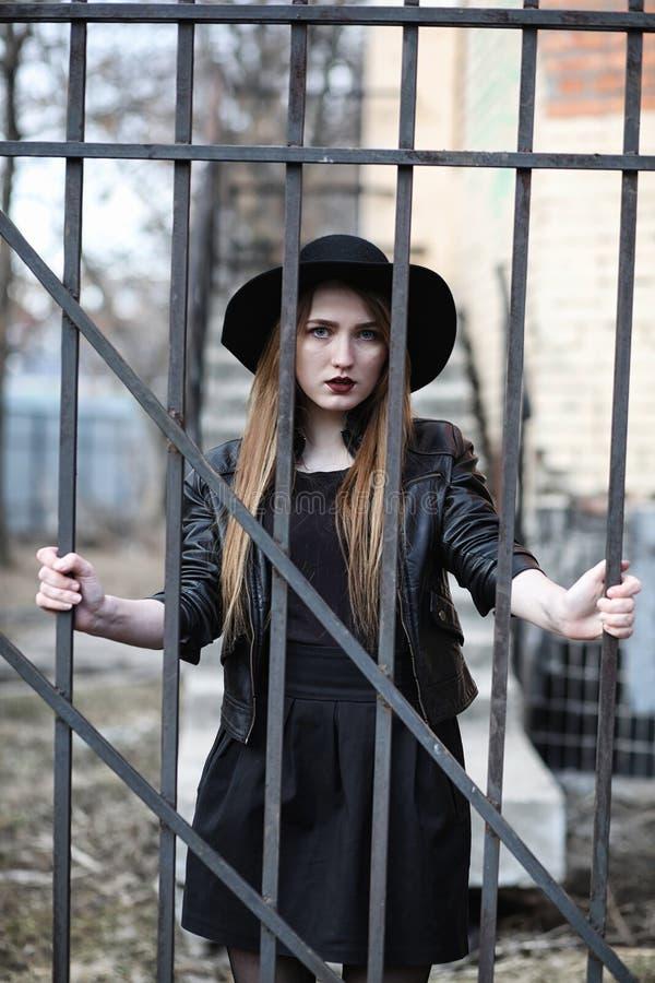 Menina bonita nova em um chapéu e com uma composição escura fora g fotografia de stock royalty free