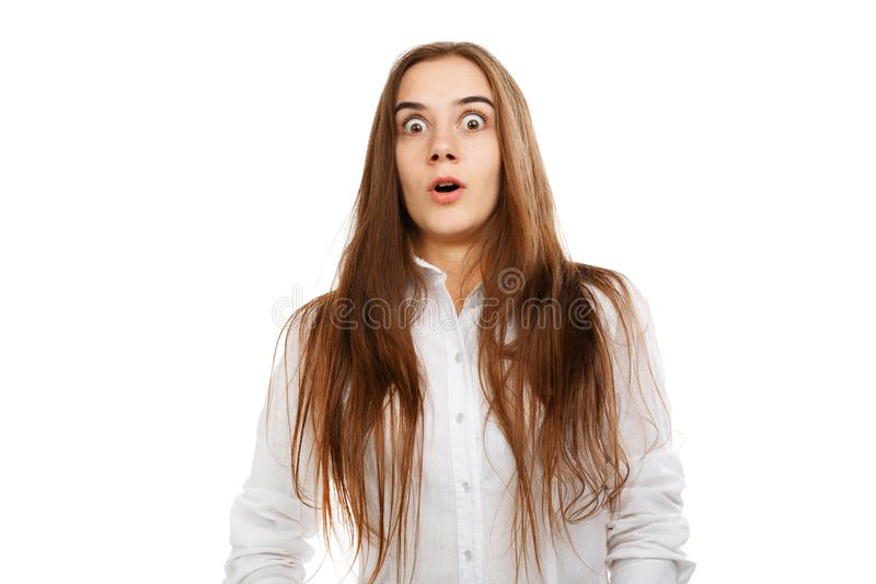 Menina bonita nova em um fundo branco em uma blusa branca foto de stock