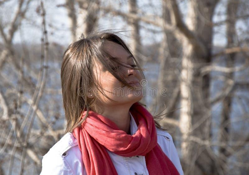 Menina bonita nova em um lenço vermelho fotografia de stock royalty free
