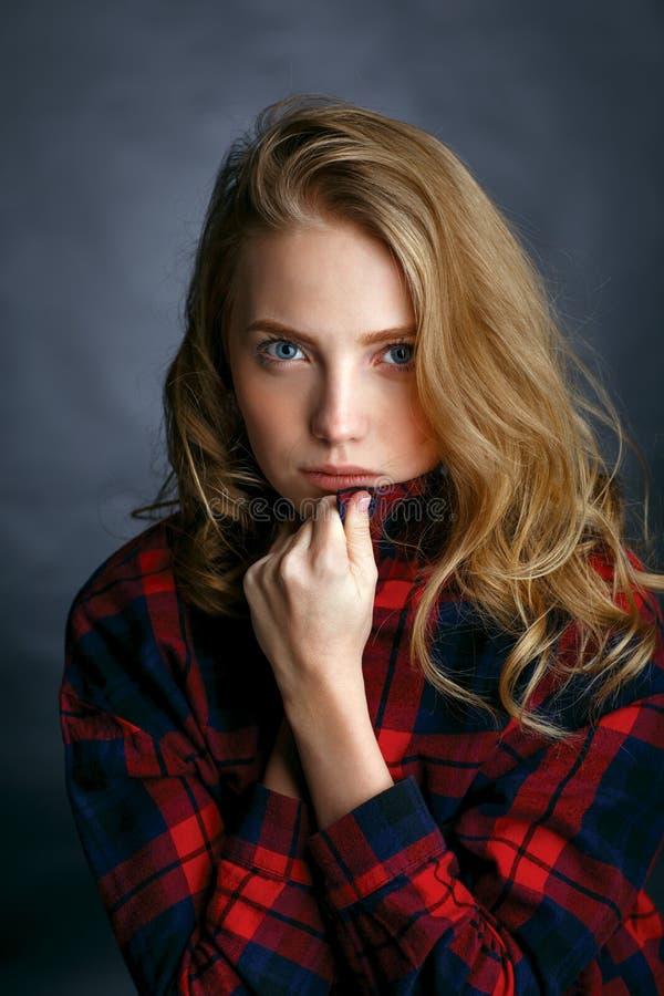 Menina bonita nova em uma camisa de manta foto de stock royalty free