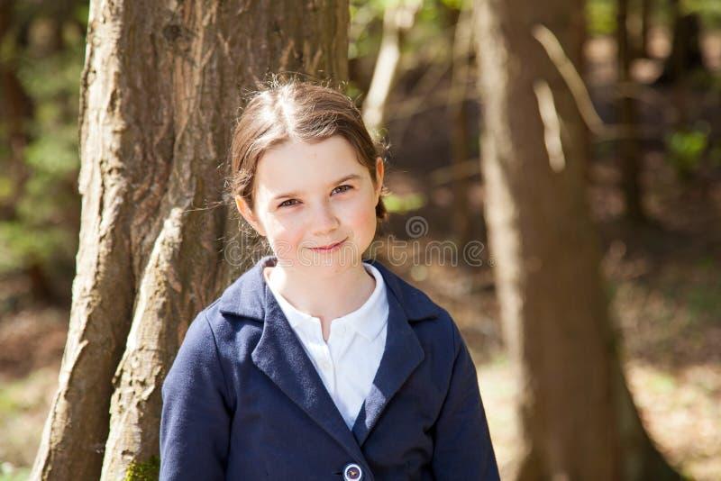 Menina bonita nova em uma floresta imagem de stock royalty free