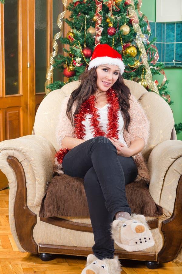 Menina bonita nova, mulher na sala bonita com um Natal imagens de stock royalty free