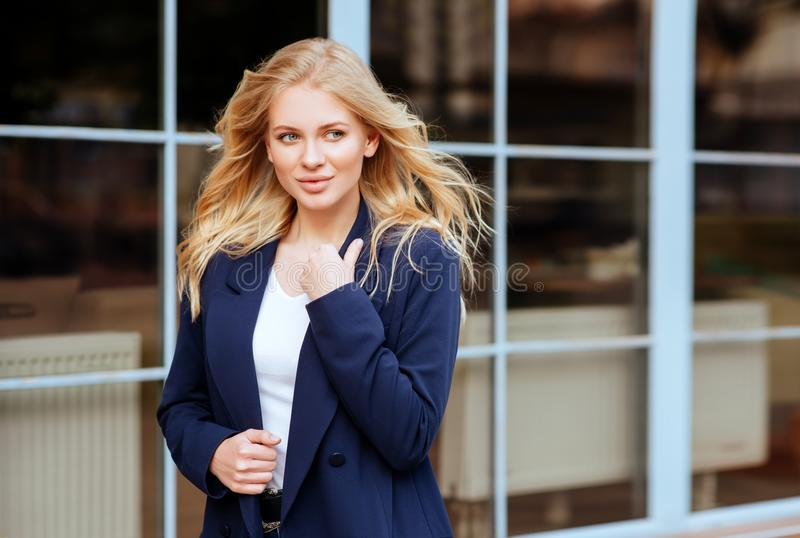 Menina bonita nova na cidade imagens de stock royalty free