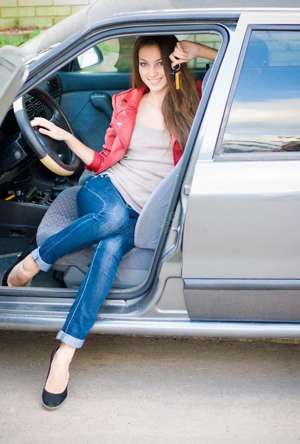 Menina bonita nova no carro fotografia de stock