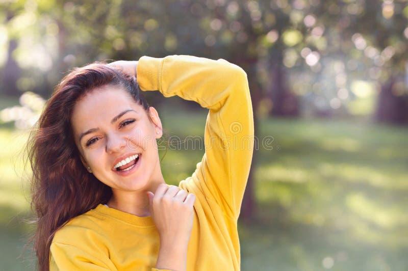 Menina bonita nova no parque do outono imagens de stock royalty free