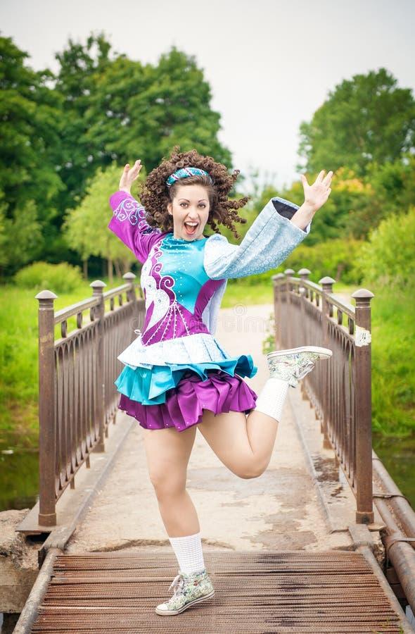 Menina bonita nova no vestido irlandês da dança que tem o divertimento exterior imagem de stock royalty free