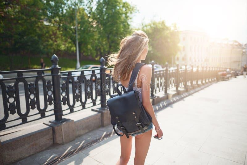 Menina bonita nova que anda no turista da cidade imagens de stock