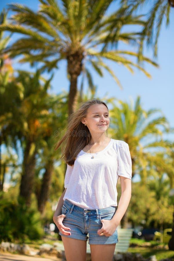 Menina bonita nova que aprecia o dia ensolarado em Cannes imagem de stock royalty free