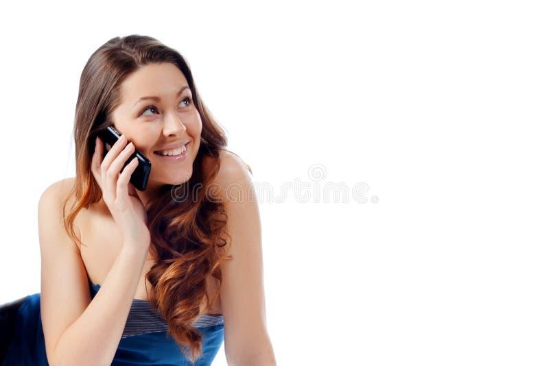 Menina bonita nova que fala em um telefone de pilha fotografia de stock royalty free