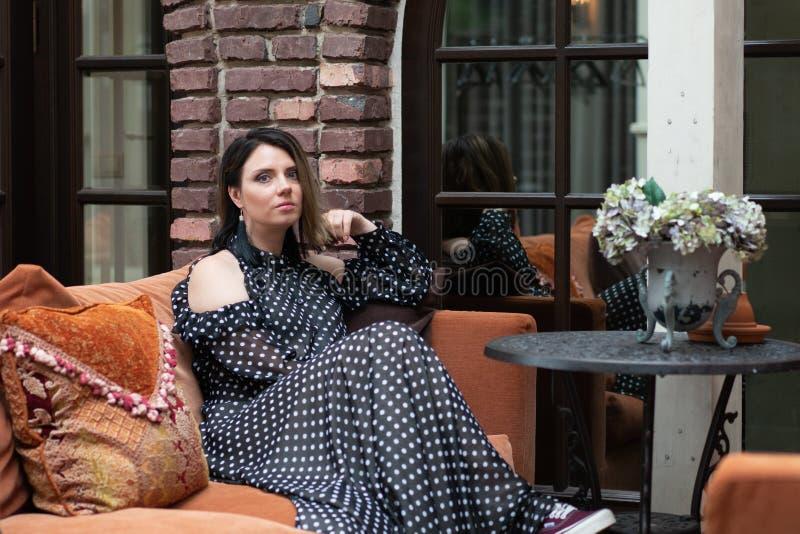 Menina bonita nova que levanta em uma parte externa de assento do sof? fotos de stock royalty free