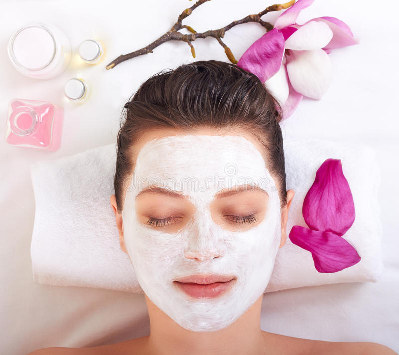 Download Menina Bonita Nova Que Recebe A Máscara Facial Cor-de-rosa Foto de Stock - Imagem de de, salon: 29837692