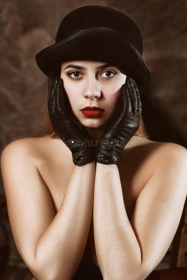 A menina bonita O retrato da menina em um chapéu negro foto de stock royalty free