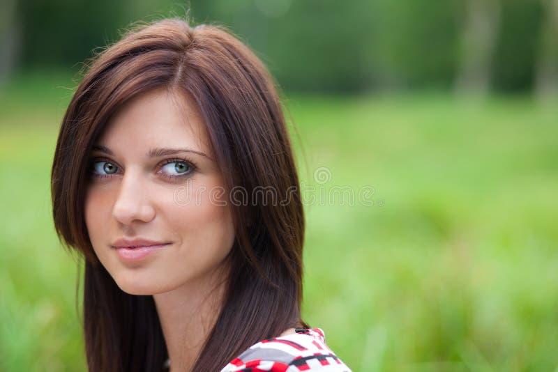 Menina bonita para fora no parque fotografia de stock