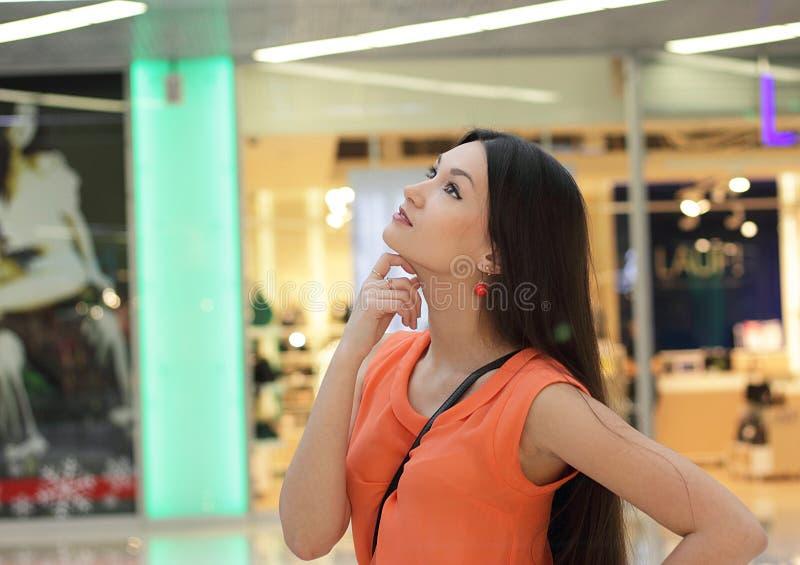 Menina bonita pensativa da aparência asiática fotos de stock