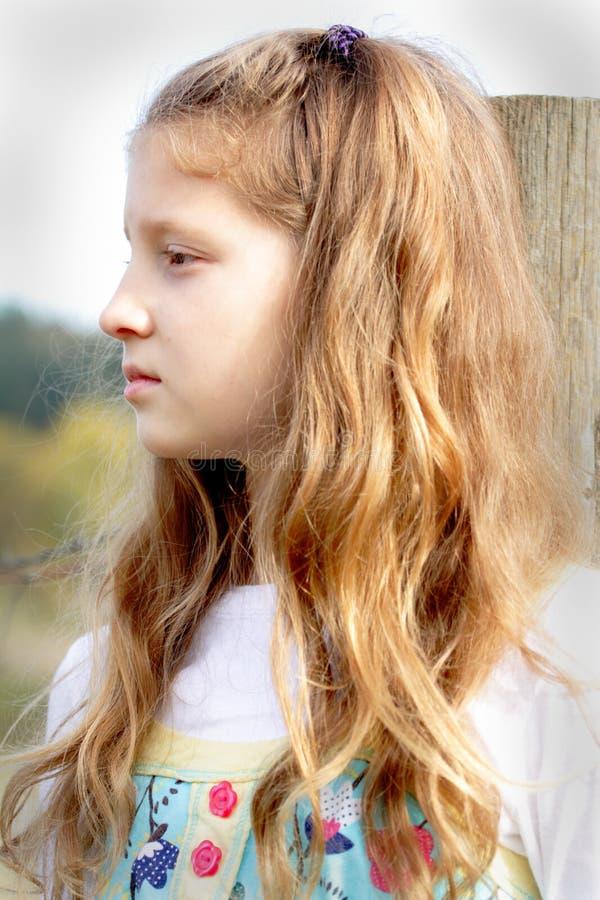 Menina bonita pensativa do tween fotografia de stock