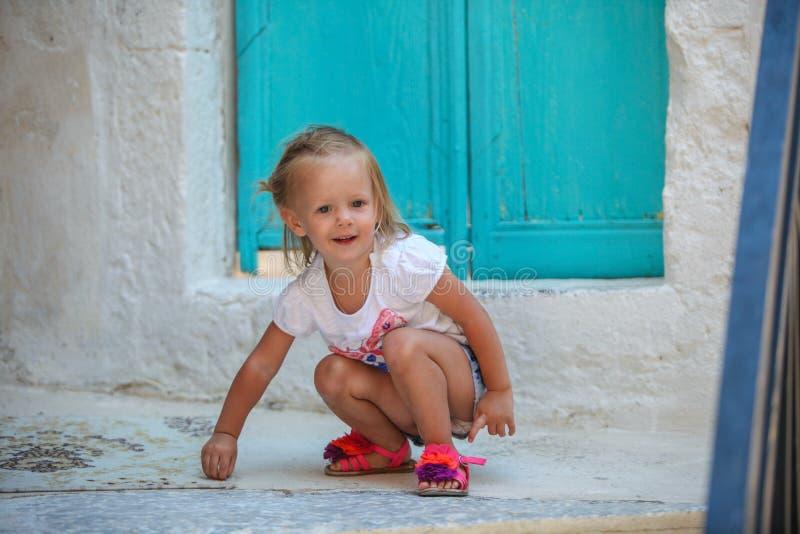 A menina bonita pequena anda com o velho imagens de stock