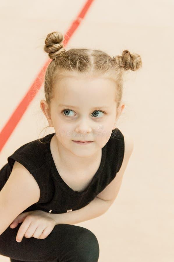 Menina bonita pequena do gymnast imagem de stock