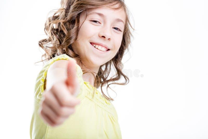 A menina bonita pequena mostra o polegar acima fotografia de stock