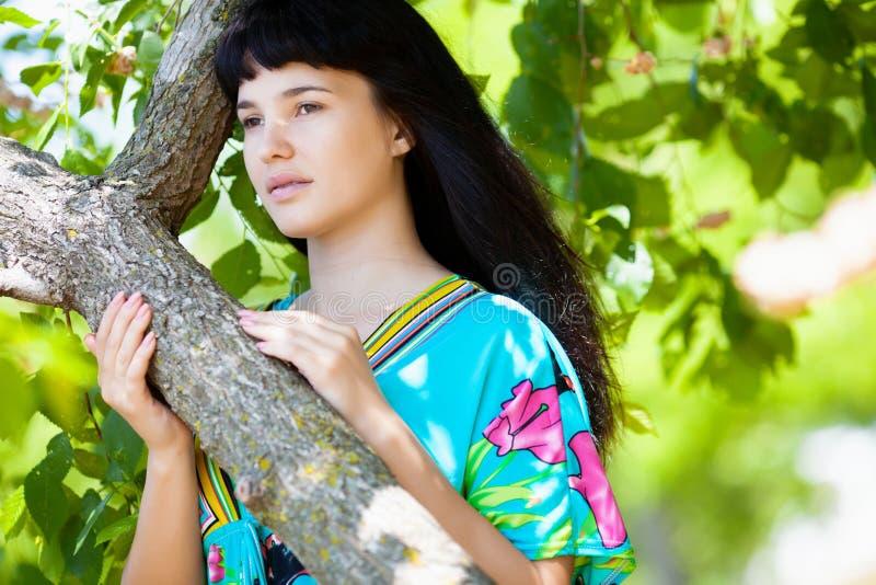 Menina bonita perto da árvore fotografia de stock